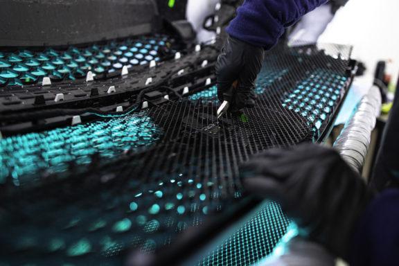 процесс устновки защитной сетки на авто